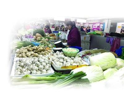 菜价的高涨让市民和菜贩都感触了压力。练习生 王禹涵 摄