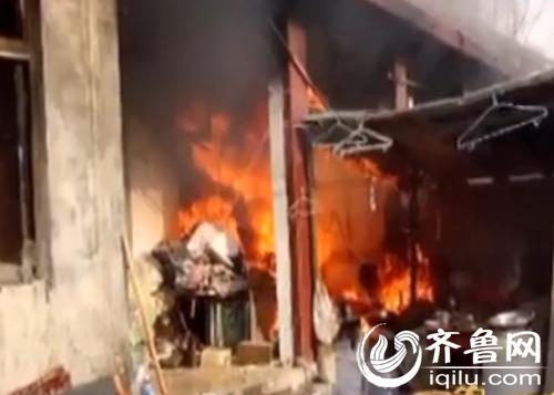 女子点燃房子(视频截图)