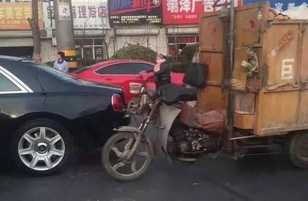 潍坊市区一辆三轮车撞上市价600万元的劳斯莱斯。图片来自网络