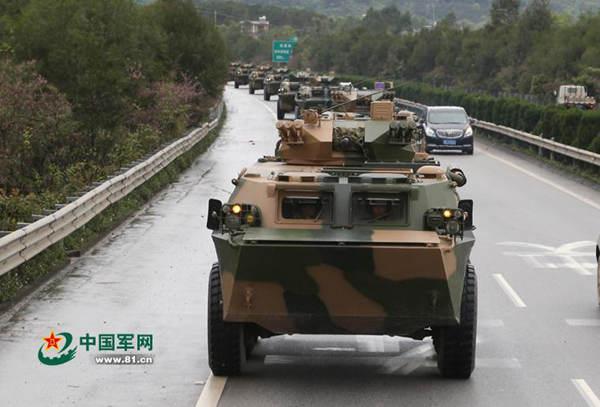 图为解放军战车群与私家车同时跑高速。