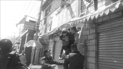幼童被锁家中担心哭闹美女救出v幼童翻窗不止野兽的与寓意民警图片