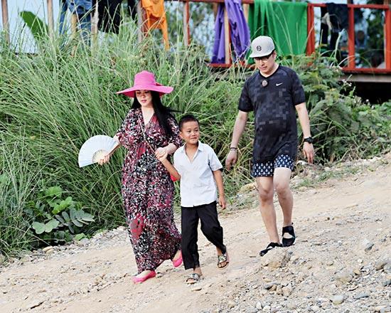 李湘王岳伦和老挝儿童