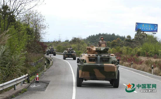 原文配图:解放军战车群与私家车同时跑高速。
