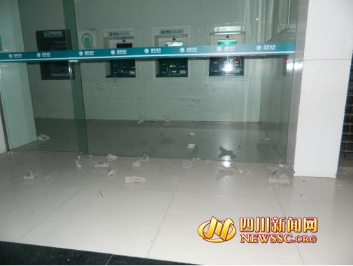 宜宾男子疑电表收费有误 营业厅泼潲水砸缴费机