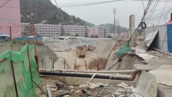 黉舍内已经的足球场成为深坑,不远处是门生宿舍楼。