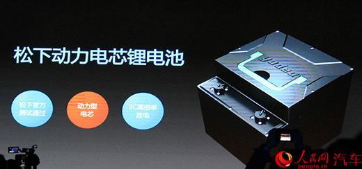 """雅迪Z3采用对称的双头灯设计,全LED光源,最外侧是日间行车灯,并且这个日行灯是可以通过App设定颜色的,共有1678万种颜色可选。此外值得一提的是,雅迪Z3配备了光感应自动启闭的头灯。同时雅迪Z3也支持""""伴你回家""""大灯延时关闭功能,这通常都是在汽车中常见的配置,如今都已下放到电动车之中。"""