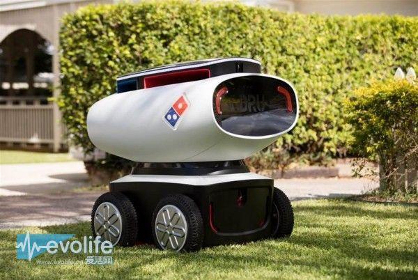 """达美乐还没有给这个小东西起一个朗朗上口的称呼,我们暂时只能叫它DRU(Domino Robotic Unit)。DRU看起来像一部玩具车,内部有保温和冷藏两块空间分放披萨和冷饮,四轮开足马力时能跑上20km/h,前脸长有一双""""眼睛"""",内藏激光传感器探测前方路况,自己绕开障碍。不过现在比较担心的是送货安全问题,就算它上锁的储藏空间只有在订餐者提供验证码之后才会开启,也难保自身不会遭到不怀好意的人打劫而损坏。"""