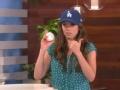 《艾伦秀第13季片花》S13E127 现场观众抢棒球 获胜女孩激动狂跳不止