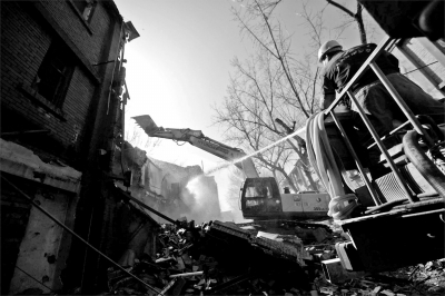拆楼机正在对楼体进行破拆。京华时报记者王海欣摄