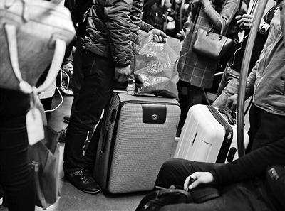 """地铁乘客行李设""""宽度重量门槛"""""""