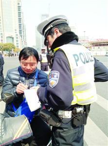 今天,一位快递员因不按规则车道行驶被处分。 /通信员 汤军维