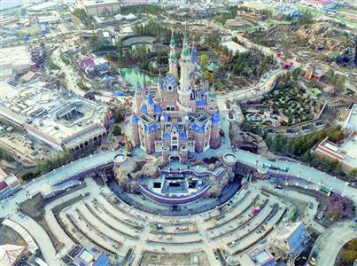 """上海迪士尼乐土内全球最高峻的""""奇异城堡""""撤除脚手架后真容明晰可见/IC"""