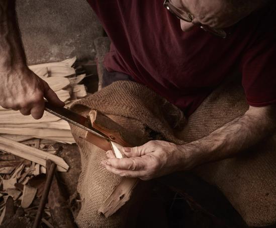 用传统编织篮常用的材料,设计师 jean louis iratzoki 及 ander lizaso 联手为家具品牌「alki」创建了「zumitz」系列家具。编织篮这一工具不仅中国非常普遍,在西班牙巴斯克地区也有着悠久的历史,即使是今天,也仍然被当地渔民、面包师、小农广泛使用,作为巴斯克当地品牌,设计师让这些昨天的农村工具摇身一变,成为了今天房间里面的现代装饰、家具。