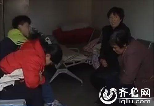小家研的妈妈和奶奶几乎是以泪洗面(视频截图)