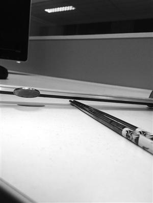 同一双筷子,不锈钢鉴别液试验点出现锈蚀,显示质量差,而在磁铁面前又显示出弱磁性,显示质量好。两种方法的结果截然相反