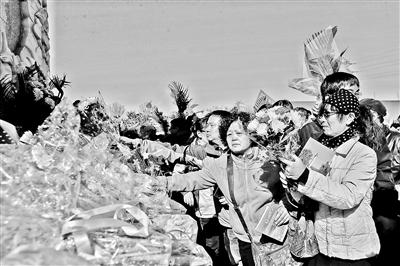 本报讯(记者 郑林)为解决骨灰撒海家属不能参加海上公祭的现实问题,昨天上午,长青园骨灰林基地撒海纪念广场举行了骨灰撒海陆上公祭活动,600余位家属手捧鲜花怀念逝者。在祭奠活动的尾声,祈福平安的2016只白鸽飞向远方。