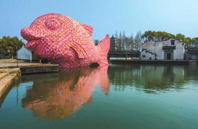 """粉白色的""""浮鱼""""初次表态水乡乌镇西栅景区水剧院。新华社发"""