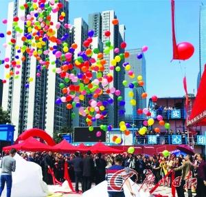 """一年之计在于春,2016新年总有新气象。近日,广州迎来了""""春分"""",绵绵春雨带来一年的希望。与此同时,冼村也迎来了新的希望,继一期回迁房开建、样板房完工之后,再度传来激动人心的好消息:二期回迁房开工仪式3月27日盛大举行。这意味着,冼村村民的回家路又近了一步。"""