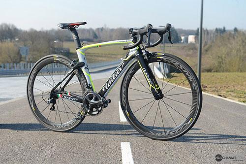 自行车装备      wilier在2014年发布全新的气动车型cento1 air,继承图片