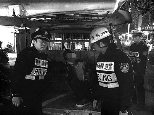 民警把劳某控制后,带上警车。警方供图