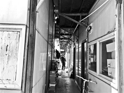 """3月10日,本报曾报道丰台区东大街地铁站附近,原北京地铁9号线三标段项目部临建房被转租变成群租房,后被城管、公安等多部门联合拆除一事。事件曝光后,不少市民向北京青年报记者反映,像9号线三标段这样""""地铁临建房变群租房""""的现象并非孤例。"""