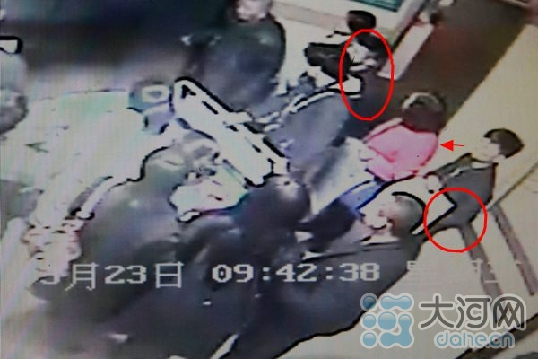 大河网讯 3月23日上午9:43,在驻马店市中心医院门诊大楼东电梯口,有一名小偷在另一名小偷的掩护下,对乘坐电梯的一名红衣女士趁机下手。在作案过程中,小偷谢某被在此等候的医院安保人员当场抓获。