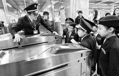 上午,地铁工作人员向孩子们介绍闸机工作原理 摄/记者 郭谦