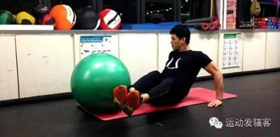今天我们要介绍的运动是利用瑜伽球辅助做的腹肌运动.