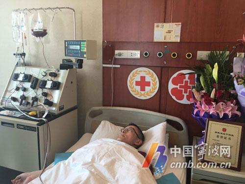 中国宁波网讯 (记者蒋炜宁 海曙记者站朱尹莹)鲜血从竺玉峰左手腕血管流出,经血细胞分离机处理后,又从右手静脉处流回他的体内,从中分离出来的造血干细胞悬液被传到血袋中。今天,在浙江省中医院,竺玉峰完成了造血干细胞的血液离析采集,这袋装有250ml容量的造血干细胞混悬液,将被送往江苏,用于救治白血病患者。