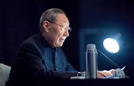 """在本书中,江泽民的题词:""""改革开放是我国发展史上的重大转折,我们要沿着邓小平同志为中华民族开创的这条道路坚持不懈地奋勇前进。"""""""
