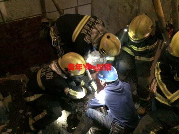 磅礴美色诱惑 (www.thepaper.cn)28日从杭州市消防部分得悉,当天清晨,杭州市钱江新城一在建工地的钢管防护栏脚手架从30层掉落,砸穿3楼楼板形成1死1伤。