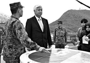 日本防卫大臣中谷元在与那国岛视察基地