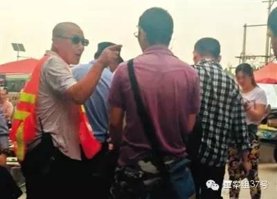 """2015年5月,一名套着""""Police""""(警察)字样背心的人要求摆摊的记者离开"""