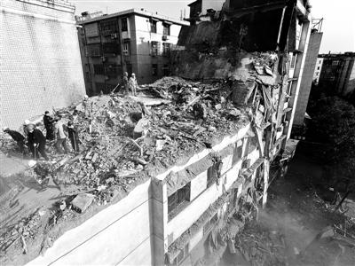 2016年2月26日,江西萍乡安源区一栋老楼发作坍塌,共形成6人殒命1人受伤 供图/新华