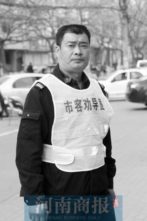 """南阳4名""""钉子户""""小贩当城管协管员 效果咋样"""