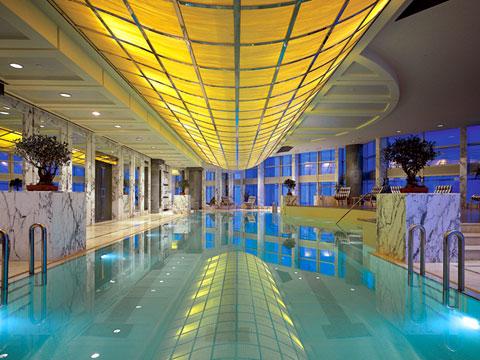 上海金茂君悦的室内环形泳池可以边游泳边180度赏黄浦江景