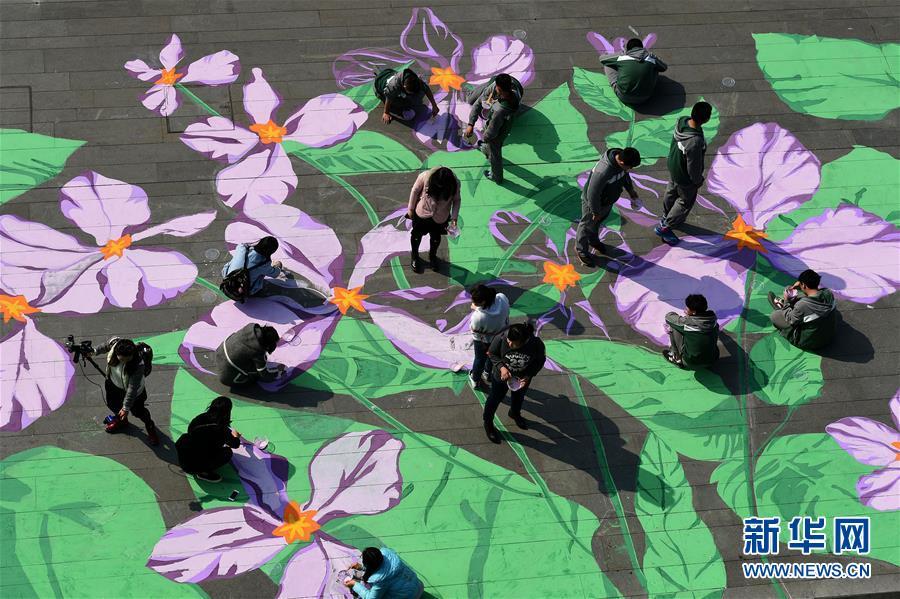 """用美术颜料手绘紫金草图案,将和平之花""""种植"""""""