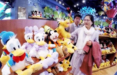"""3月28日,顾客在位于上海浦东陆家嘴的迪士尼商品官方旗舰店内挑选毛绒玩偶。</p><p>&nbsp &nbsp   做法:  1.鸡肉切块焯水沥干,姜切片、葱切段、香葱切小段备用。</p><p>&nbsp &nbsp 回想自己过去的十几年,一直在国际教育圈里工作,接触并了解了诸多纷繁复杂的教育理论和观点,见证了很多不同的教育实践和故事,经历了大大小小的成长和失败,时至今日,却仿佛走入了""""见山不是山,见水不是水""""的瓶颈。</p><p>&nbsp &nbsp   <img src="""