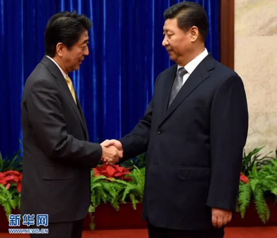 2014年11月10日,国家主席习近平在北京人民大会堂应约会见来华出席亚太经合组织领导人非正式会议的日本首相安倍晋三。