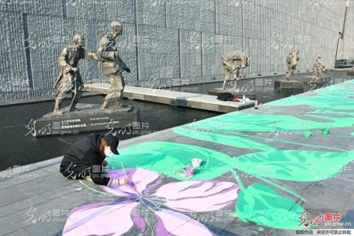 手绘紫金草:不忘历史 珍爱和平