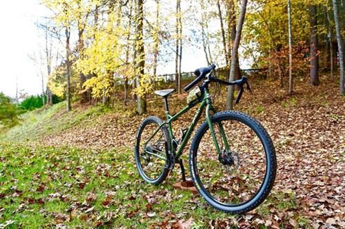 """自行车作为户外运动的良品,一直备受追崇。在这个讲究个性的时代,自行车也跟着风潮起来了。然而,如何打造出一辆独一无二、个性十足的自行车,却是一个""""哈姆雷特""""式的开放性问答。美国加利福尼亚州艺术家Billy Sprague给了我们一个全新的解决方案,他从自行车小小的车座入手,以小见大,让名不经传的坐垫皮具摇身一变,成为自行车的个性名片,风靡了整个旧金山。(转载自美骑网)"""