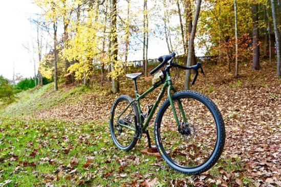 """自行车作为户外运动的良品,一直备受追崇。在这个讲究个性的时代,自行车也跟着风潮起来了。然而,如何打造出一辆独一无二、个性十足的自行车,却是一个""""哈姆雷特""""式的开放性问答。美国加利福尼亚州艺术家Billy Sprague给了我们一个全新的解决方案,他从自行车小小的车座入手,以小见大,让名不经传的坐垫皮具摇身一变,成为自行车的个性名片,风靡了整个旧金山。"""
