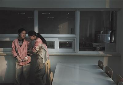 1月29日,北京安定医院餐厅,两名抑郁症患者相互倾诉。 新京报记者 尹亚飞 摄