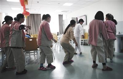 """1月29日,北京安定医院。餐厅里,""""郁友""""们跟医务人员学跳舞。 新京报记者 尹亚飞 摄"""