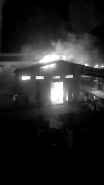 仓库起火后,火势伸张疾速。读者供图