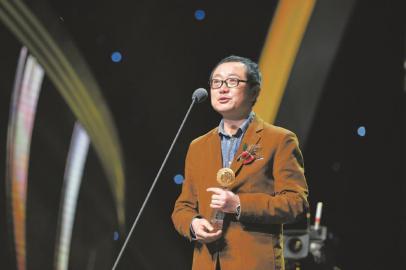 3月25日,刘慈欣获颁影响世界华人大奖。