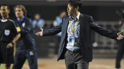 足球场上,什么说话?成绩!中国球迷的要求不高,打日本队,打出精气神,打韩国队,争取不输,打两伊沙特别丢人,其他的差不多能赢。论成绩么,亚洲杯出线,世界杯预选赛进个10强赛,也可以了。但是老球迷都知道,上一个做到这事儿的人,叫米卢。