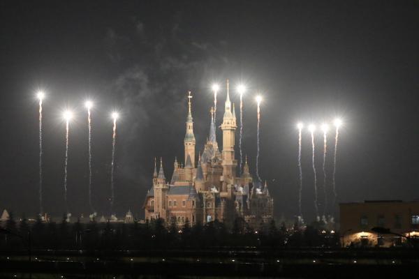 上海迪士尼樂園3月28日晚試放煙花。
