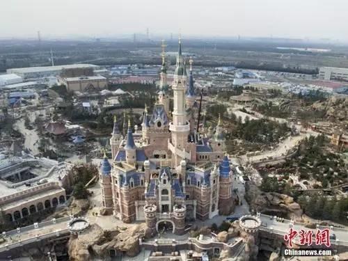 樂園門票可以遊覽園區內除所有主題遊樂區,包括迪士尼小鎮、星願公園、寶藏灣、夢幻世界、米奇大街、明日世界、奇想花園和探險島,但觀看百老匯表演《獅子王》需要另行購票。