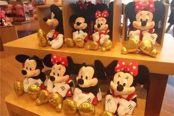 以最具有代表性的迪士尼米奇公仔為例,中號的售價約為240元/個,小號約為136元/個;